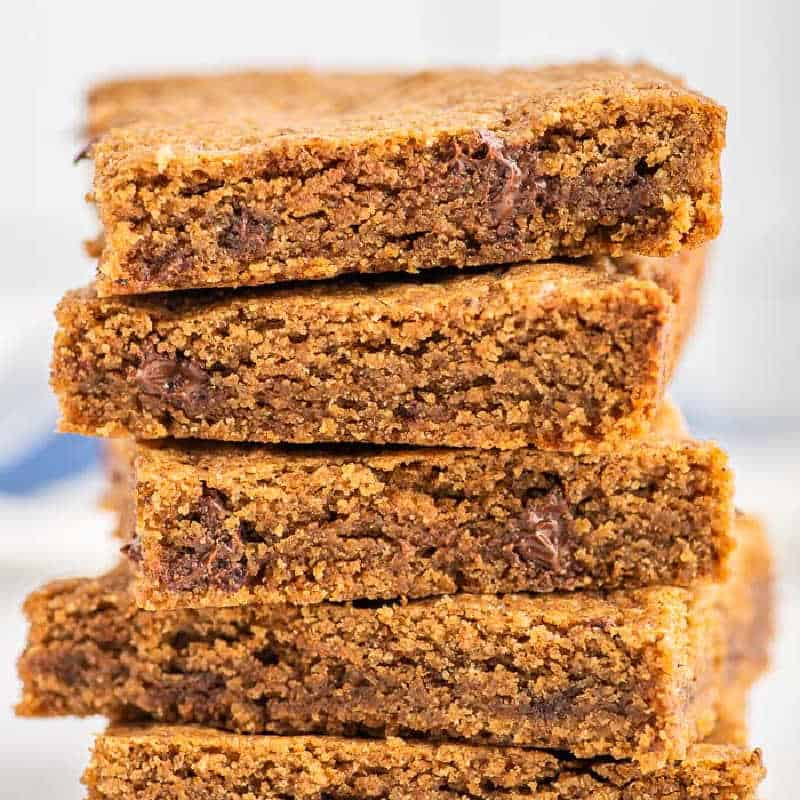 square picture of blonde brownies