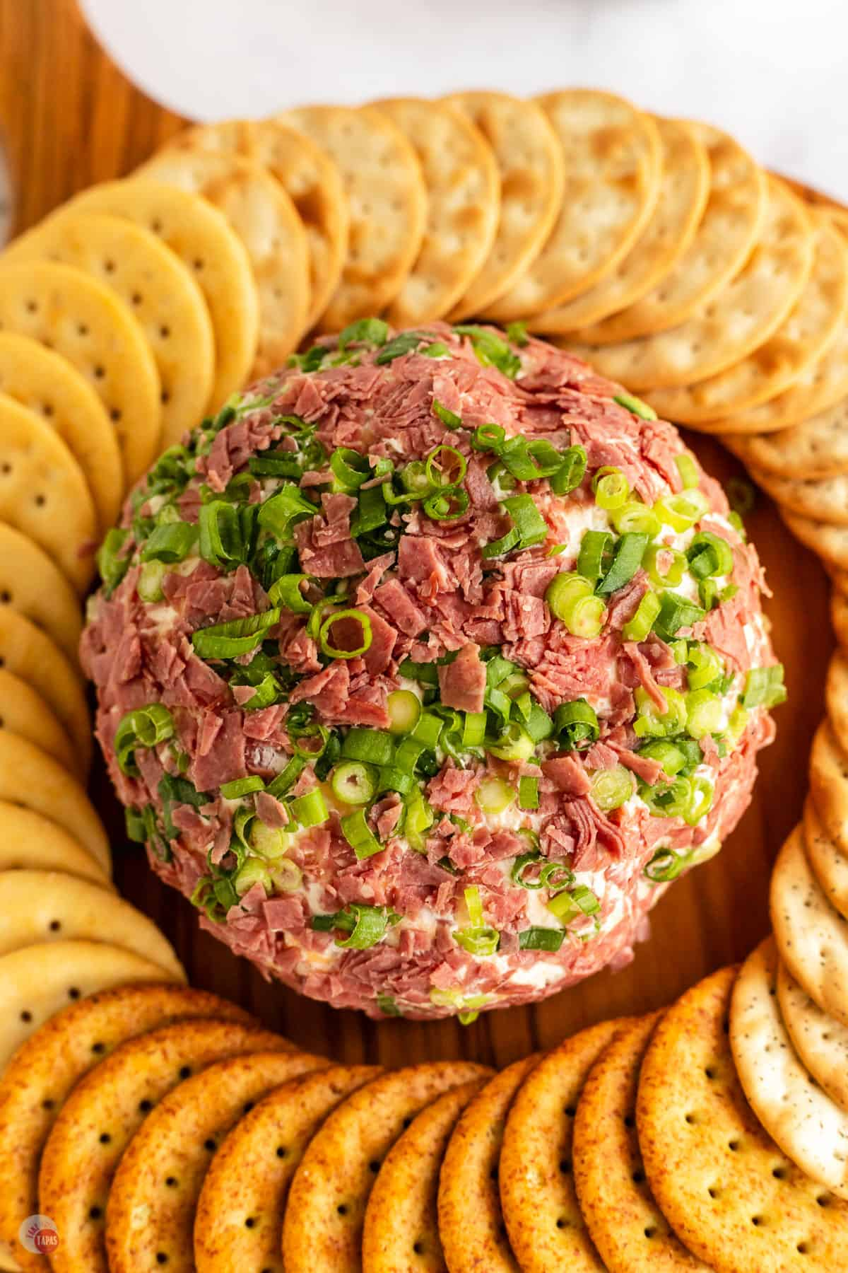 chipped beef cheese ball with crackers